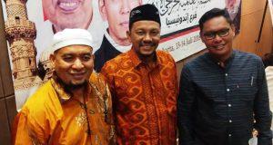 Ketua IKAT Aceh, Fadhil Rahmi (tengah) foto disela Rakor Nasional dan Internasional Alumni Mesir. (Foto/Ist)