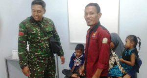 Aris, pasien jantung bocor didampingi orang tuanya dan staf TNi serta taf Cut Man saat melengkapi admistrasi dan dokumen lainnya di Rumah Sakit Zainol Abidin Banda Aceh, Senin (21/10/2018). (Foto/Ist)