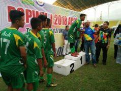 Tim sepakbola pelajar Aceh saat menerima medali dari Kadispora Aceh, Darmansah dan Kepala Bidang (Kabid) Ketenagaan olahraga di Deputi Pembinaan Prestasi dan Iptek Olahraga, Kemenpora RI, Herman Chaniago. (Foto/Ist)