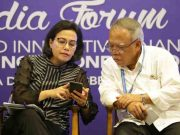 "Menteri Keuangan Sri Mulyani (kiri) berbincang dengan Menteri Pekerjaan Umum dan Perumahan Rakyat Basuki Hadimuljono (kanan) pada Diskusi Media, bertema ""Pembiayaan Kreatif dan Inovatif: Showcase Model Indonesia di Nusa Dua, Bali. (Foto/Infopublik.id)"