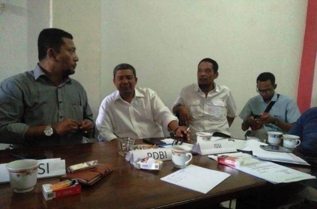 Ketua Harian KONI Aceh Tamiang, Zulfansyah (dua kanan) bersama pengurus lainnya saat menggelar rapat persiapan keberangkatan atlet mengikuti PORA Ke XIII di Aceh Besar. (Foto/Ist)