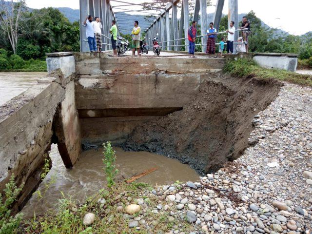 Jembatan penghubung Gampong Lawe Cimanok Kecamatan Kluet Timur yang menghubungkan dua Kecamatan Kluet Tengah dan Utara roboh dikikis air sungai Krueng Mukap. (Foto/Faisal)