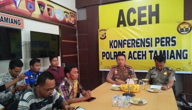 Kapolres Aceh Tamiang, AKBP Zulhir Destrian, dalam konferensi pers yang dilaksanakan Rabu (7/11/2018) di Mapolres. (Foto/Ist)