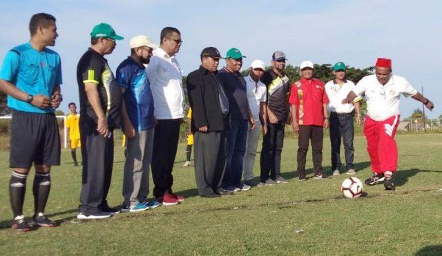 Bupati Pidie, Roni Ahmad, melakukan tendangan perdana pada pembukaan Liga Aceh Wilayah III di Lapangan Sepakbola Blang Paseh, Kota Sigli, Rabu (7/11/2018).(Foto/Muhammad Riza)