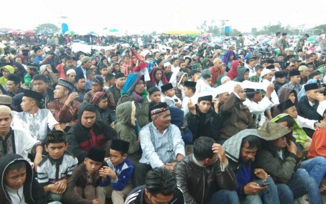 Ribuan masyarakat Aceh Tengah basah kuyub bermandikan hujan demi bisa menyaksikan ceramah Ustad Abdul Somad (UAS), Jumat (10/11/2018) di lapangan Musara Alun Takengon. (Foto/Ist)