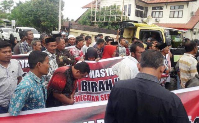 Massa melancarkan aksi unjukrasa ke Kantor Bupati Aceh Barat dan DPRK guna memprotes pemecatan kepala desa terkait dugaan temuan penyelewengan dana desa, Selasa (13/11/2018). (Foto/Dedi Iskandar)