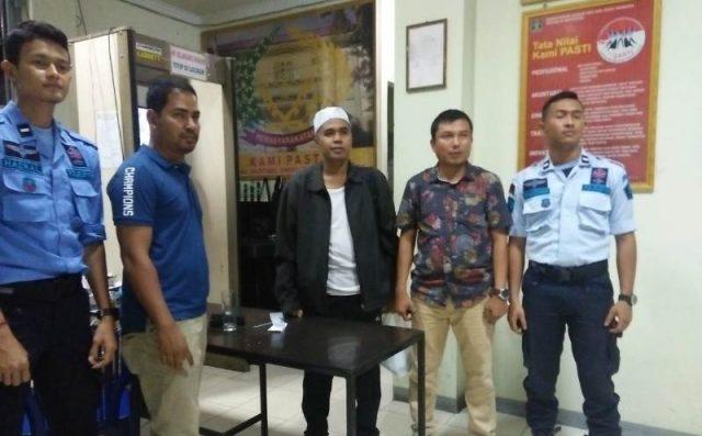 Kasi Intelijen Kejari Lhokseumawe, Miftahuddin, menyerahkan terpidana kasus perbankan Ishaq Abdullah ke Lapas Klas II A Koa Lhokseumawe, Jumat (16/11/2018). (Foto/Zainuddin Abdullah)