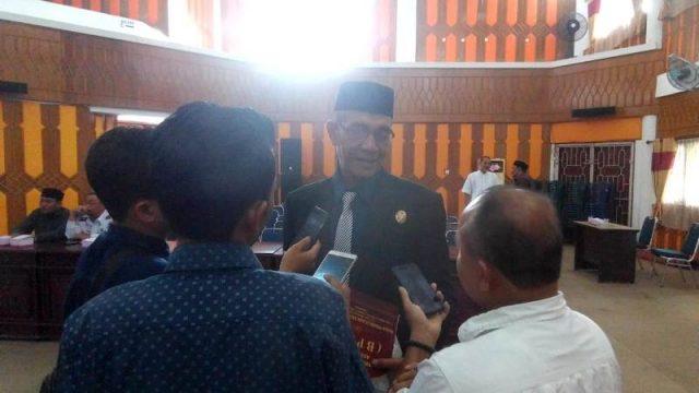 Ketua DPRK Aceh Selatan, Teuku Zulhelmi, saat memberi keterangan kepada wartawan. (Foto/Faisal)