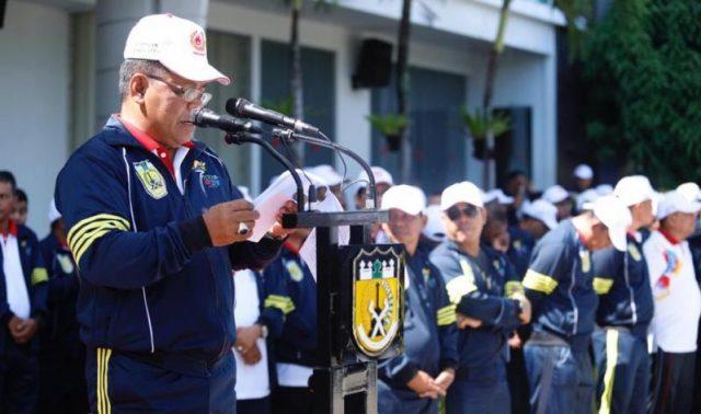 Wali Kota Banda Aceh, Aminullah Usman, ketika melepas kontingen Banda Aceh ke PORA XIII Aceh Besar. (Foto/Ist)