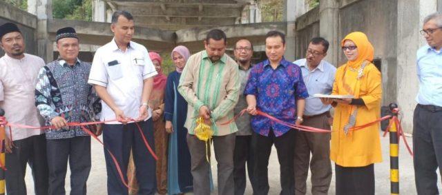 Rektor Unimal, Prof Apridar, Jumat (16/11/2018), saat meresmikan gedung kuliah umum. (Foto/Ist)