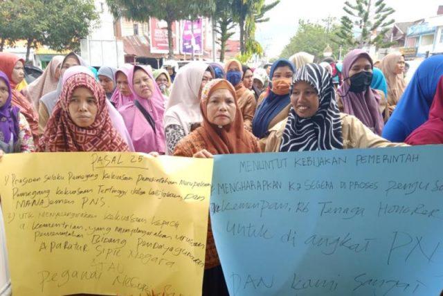 Para pendemo kasus pengurusan CPNS di Aceh Barat, Senin (19/11/2018), di depan Gedung DPRK Aceh Barat. (Foto/Dedi Iskandar)