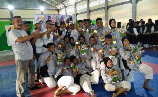 Paea kenshi Aceh Besar berpose bersama pelatih dan panitia PORA-XIII usai diumumkan menjadi juara umum. (Foto/Zafrullah)