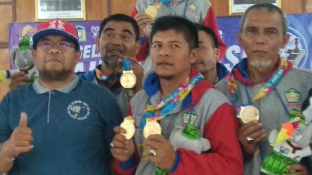 Master Nasional (MN) Irwandi bersama pecatur Aceh Tengah memperlihatkan medali emas yang diraih di ajang Pekan Olahraga Aceh (PORA) XIII 2018 di Aula Bapelkes Aceh di Jantho, Aceh Besar, Rabu (21/11/2018). (Foto/Ist)
