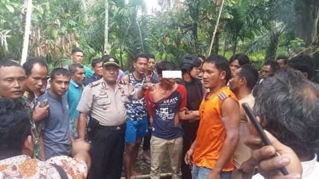 Tersangka AM saat ditangkap Polsek dan Babinsa Suka Makmue di Desa Macah Kecamatan Suka Makmue, Jum'at (23/11/2018). (Foto/Muji Burrahman)