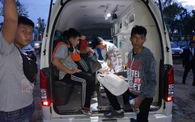 Para petugas medis sedang memberikan pelayanan langsung kepada atlet PORA dalam mobil ambulans di Komplek Jantho Sport Center, Jumat (23/11/2018). (Foto/Ist)