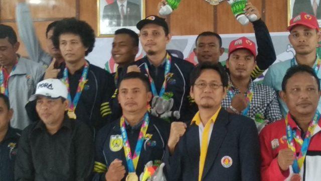 Ketua Pengprov Percasi Aceh Aldin Nl (dua dari kanan) bersama atlet catur peserta Pekan Olahraga Aceh (PORA) XIII 2018 di Bapelkes, Jantho, Aceh Besar, Minggu (25/11/2018). Kontingen Banda Aceh berhasil meraih juara umum cabang catur PORA XIII 2018. (Foto/Ist)