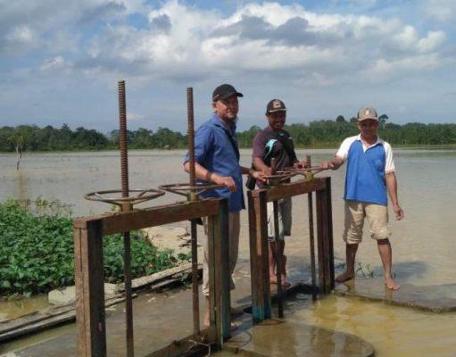 Wakil Ketua 1 KTNA Kabupaten Aceh Gamiang, Sugiono, bersama pengurus KTNA kecamatan dan Ketua Kelompok Tani kec Rantau, saat meninjau pintu air di Kampung Ingin Jaya, Kec Rantau, yang terendam banjir. (Foto/Yusri)