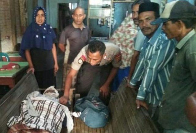 Polisi sedang memperhatikan tubuh Muhammad Nasir,58, warga Gampong Ujong Dama, Kecamatan Baktiya, Aceh Utara, yang ditemukan meninggal di warung kopi Pante Breuh, Kecamatan Baktiya, Rabu (28/11/2018). (Foto/Ist)