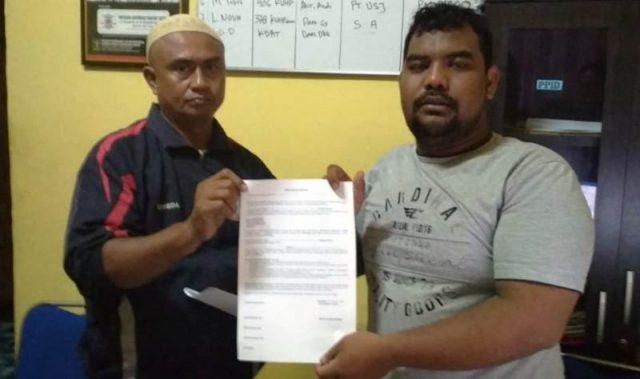 Koordinator LSM YARA Aceh Barat, Hamdani, memperlihatkan surat kuasa dari Irfan Marunduri, seorang honorer K-2 Aceh Barat yang dituduh mencemarkan nama baik mantan pejabat dan PNS. (Foto/Dedi Iskandar)