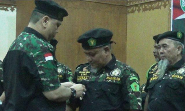 Ketua Umum HIPAKAD menyematkan pin kepada Ketus HIPAKAD Aceh, Muhammad Iqbal, Rabu (28/11/2018). (Foto/Gito Rolis)