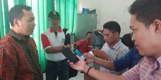 Kasi Intel Kejaksaan Negeri Aceh Selatan, Akbar, SH, saat memberi keterangan kepada wartawan (Foto/Faisal)