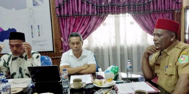 Bupati Pidie, Roni Ahmad, atau akrab disapa Abusyik menerima delegasi Tim Inisiator Pengembangan Melinjo Pidie di ruang kerjanya, Senin (5/10/2018). (Foto/Muhammad Riza)