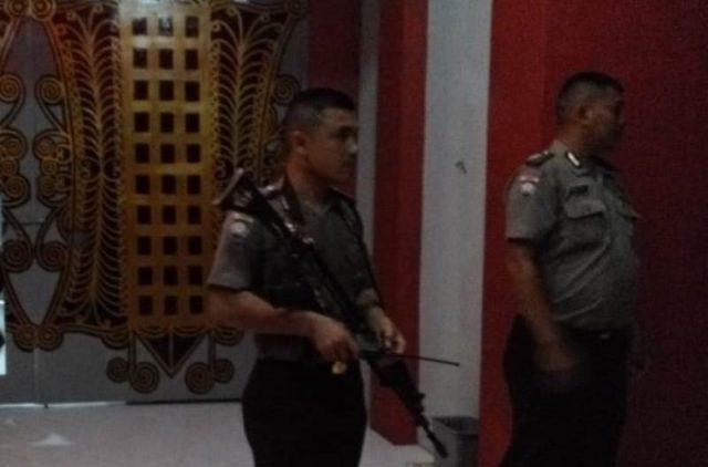 Petugas kepolisian berjaga-jaga di Lapas Klas IIA Lambaro, beberapa saat setelah terjadi pembobolan oleh para napi. (Foto/KBA.ONE/Fatma)