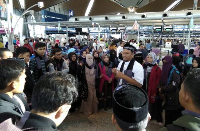 Ketua IKAT Aceh, H. M. Fadhil Rahmi, Lc, mengantar langsung para calon mahasiswa yang akan melanjutkan kuliah ke Al-Azhar, Mesir, Jumat (7/12/2018). (Foto/Ist)