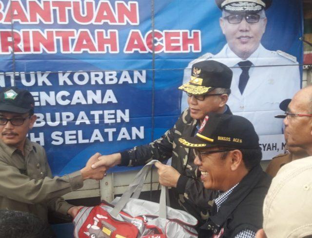 Plt Gubernur Aceh, Nova Iriansyah, menyerahkan logistik untuk para korban banjir di Aceh Selatan, Selasa (18/12/2018). (Foto/Ist)