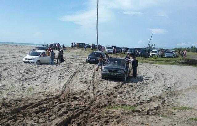 Sejumlah kendaraan terjebak ke dalam pasir di lintasan jalan alternatif bekas tsunami di kawasan pantai Arongan, menghubungkan Meulaboh-Banda Aceh, Aceh Barat, Selasa (25/12/2018). (Foto/Abdullah)