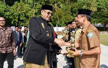 Bupati Azwir mrenyerahkan piala terkait hari jadi Aceh Selatan ke-73, di Lapangan Naga, Tapaktuan, (28/12/2018). (foto/faisal)