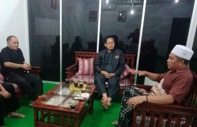 Bupati Aceh Barat, H.Ramli MS, berbincang dengan Plt Ketua PWI Aceh, Aldin NL dan Wakil Ketua PWI, Ramadansyah, di ruang kerjanya, belum lama ini. (Foto/Deddy Iskandar)