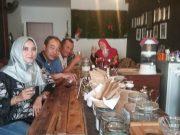 Menikmati kopi arabika di Barista Coffee Shop, Tanjungpinang, ditemani Diyah Tiara, Zekma Albert dan Nyonya. (Foto/Ist)