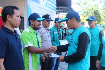 Kepala Dinas Sosial Aceh, Alhudri, memberikan sertifikat pengharagaan kepada instansi dan lembaga anti narkoba seperti BNN, Bem Mahasiswa, Polisi dan IPWL Pintu Hijrah. (Foto/Ist)
