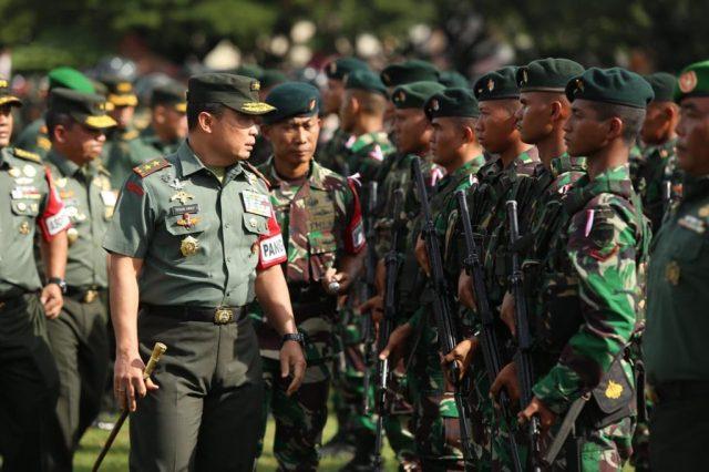 Panglima Kodam Iskandar Muda, Mayjen TNI Teguh Indratmoko, memimpin Apel Gelar Pasukan Pam VVIP yang dipusatkan di Lapangan Blang Padang, Banda Aceh, Rabu (12/12/2018). (Foto/Ist)