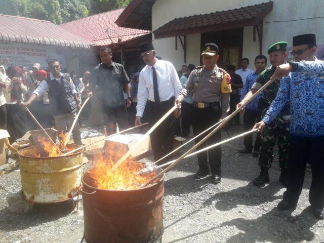 KTP Elektronik ketika dibakar secara bersama, disaksikan oleh Bupati Aceh Selatan, Polres, Dandim, Banwaslu, KIP serta Disdukcapil setempat.(Foto/Faisal)