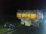 Tampak sepeda motor korban usai menghantam truk, kondisinya rusak berat, dan korban meninggal beberapa saat setelah kejadian. (Foto/Muji Burrahman)