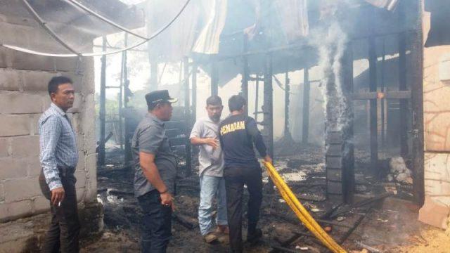 Warga memadamkan api saat terjadi musibah kebakaran di Dusun Kuala Meurisi, Krueng Sabee, Aceh Jaya, Minggu (2/12/2018). (Foto/Dedi Iskandar)