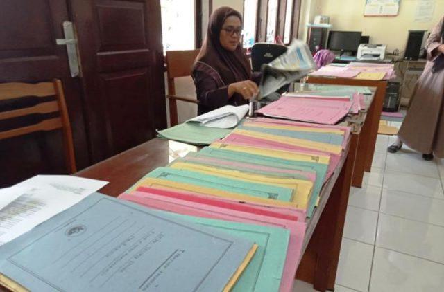 Petugas Bagian Kesra Setdakab Aceh Barat, melakukan verifikasi berkas calon penerima dana bantuan beasiswa kepada 1.000 santri dan 1.000 mahasiswa di Aceh Barat. (Foto/Dedi Iskandar)