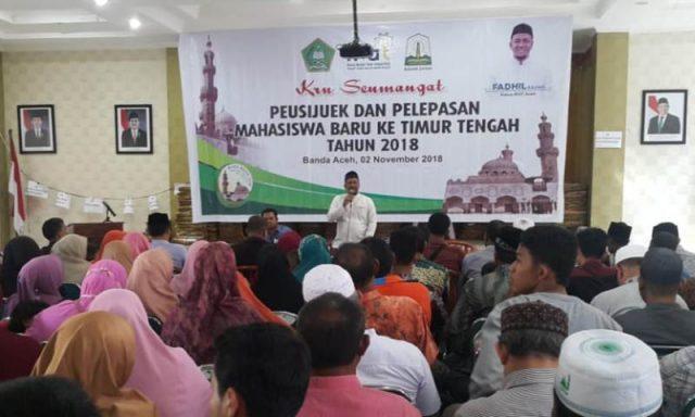 Ketua IKAT, H. M Fadhil Rahmi, Lc, pada acara peusijuek calon mahasiswa Al-Ahzar, Mesir, dari Aceh. (Foto/Ist)