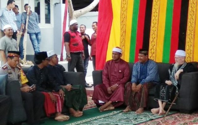 Bupati Rocky (tengah) berbincang dengan sejumlah ulama di sela perayaan Maulid sekaligus Milad GAM ke 42 di kediaman bupati, di Darul Ihsan, Langsa, Selasa 4/12/2018. (Foto/Musyawir/B)