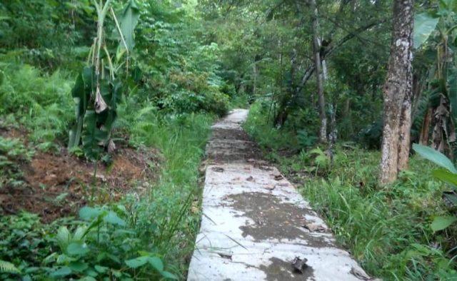 Jalan di kawasan permukiman Gampong Jambo Apha, Tapaktuan, yang diharapkan warga setempat untuk dilanjutkan pembangunannya. (Foto/Ist)
