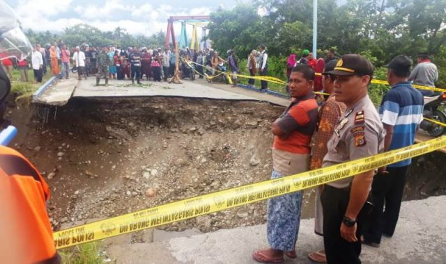 Jembatan yang putus akibat banjir di Aceh Tenggara, tepatnya di Desa Mbarung Kecamatan Babussalam. (foto/abadi selian)