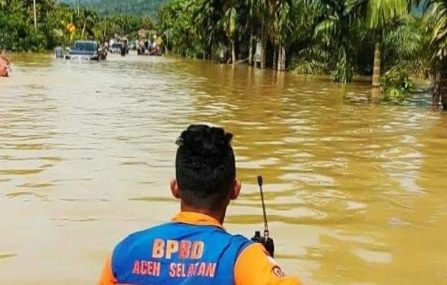 BPBD Aceh Selatan tampak melakukan evakuasi masyarakat terdampak banjir Trumon Raya, Aceh Selatan. (Foto/Ist)