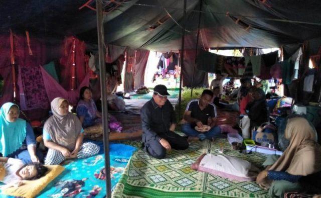 Anggota Dewan Perwakilan Rakyat Aceh (DPRA) dari Dapil 9 Muhammad Saleh, ketika mengunjungi korban banjir di lokasi pengungsian. (Foto/Faisal)