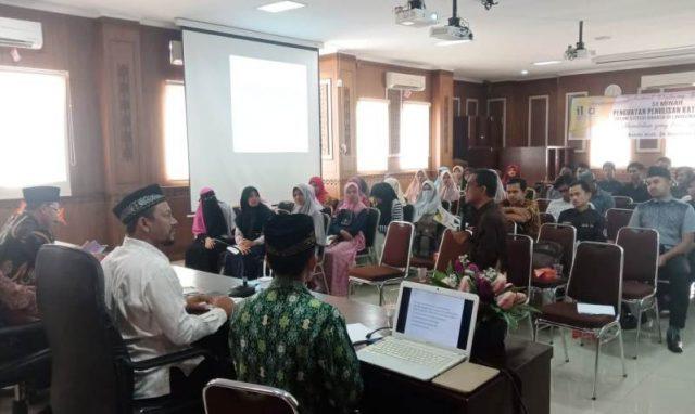 Ketua IKAT Aceh, H.M. Fadhil Rahmi, Lc ketika menyampaikan hasil penelitian tentang penulisan bahasa asing di Banda Aceh. di Aula Dinas Pendidikan Dayah Aceh, Kamis, 20/12/2018. (Foto/Ist)