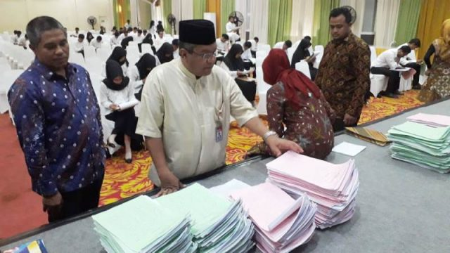 Kepala Ombudsman RI Perwakilan Aceh, Taqwadin Husin, memantau langsung proses penerimaan Pegawai Pemerintah Non Pegawai ( PPNPN) oleh BPN Provinsi Aceh di Amel Convension Center Kota Banda Aceh, Jumat (21/12/2018). (Foto/Zainuddin Abdullah)