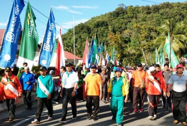 Bupati Aceh Selatan, H. Azwir didampingi Wakil Bupati, Tgk Amran dan Kepala Kemenag Aceh Selatan ikut jalan sehat kerukunan umat beragama di Tapaktuan, Aceh Selatan, Minggu (30/12/2018). (Foto/Faisal)