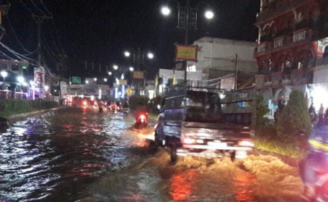 Luapan banjir juga menerjang inti kota Kutacane, Aceh Tenggara. (Foto/kba.one/bulkaini)