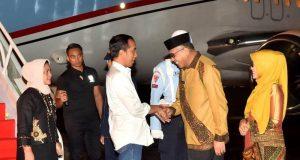 ILUSTRASI. Presiden Jokowi dan Ibu Negara, Iriana Joko Widodo, saat tiba di Bandara Internasional Blang Bintang, Banda Aceh, Kamis malam (13/12/2018). (Foto/setkab.go.id)